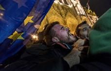 TASZ: Jogellenesen vetett be könnygázt a rendőrség a tüntetők ellen