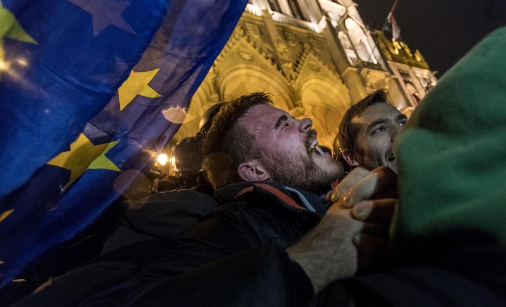 faz.18.12.12. rabszolgatörvény tüntetés kossuth tér rendőr ikonikus