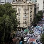 Ez aztán a tanártüntetés: hatalmas tömeg vonult utcára Buenos Airesben