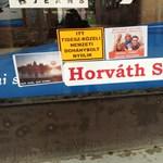 Fotó: mutyiellenes matricákkal dekorálták ki a szekszárdi polgármester boltját