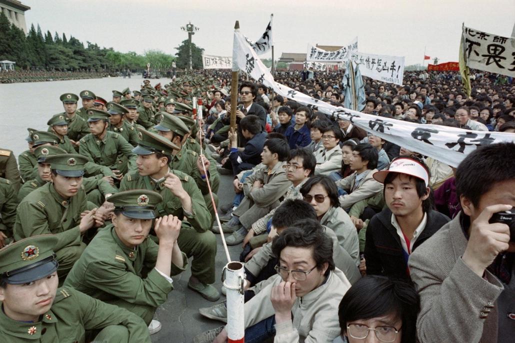 afp Tienanmen tér NAGYÍTÁS Tüntetők és rendőrök a Tienanmen téren 1989. április 22-én