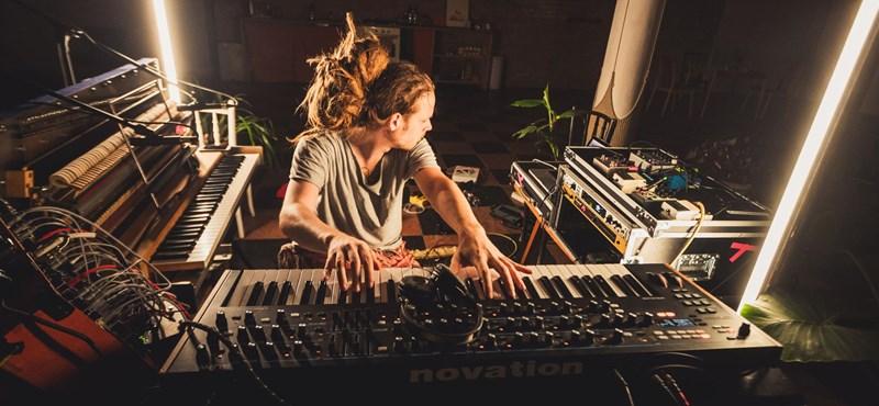Premier: Iamyank egy különleges zongorával mutatja be a hangok és a csend erejét