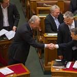 Plágiumügy: Orbán nem szívesen engedi el Schmitt kezét