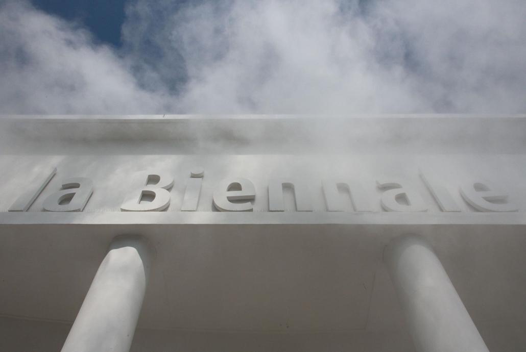 kka. Nagyítás 58. Velencei Biennálé A Biennálé központi épülete folyamatosann mesterséges felhőbe burkolózik