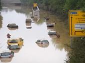 La heredera de Merkel que se ríe de su visita a las inundaciones tiene algo más en su cuenta