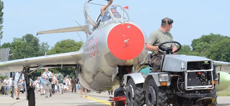 Visszaesett a kifutópályára egy MiG-15-ös a szolnoki reptéren