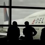 Rárepült a konkurencia a túlfoglalt gépről leráncigált utas botrányára