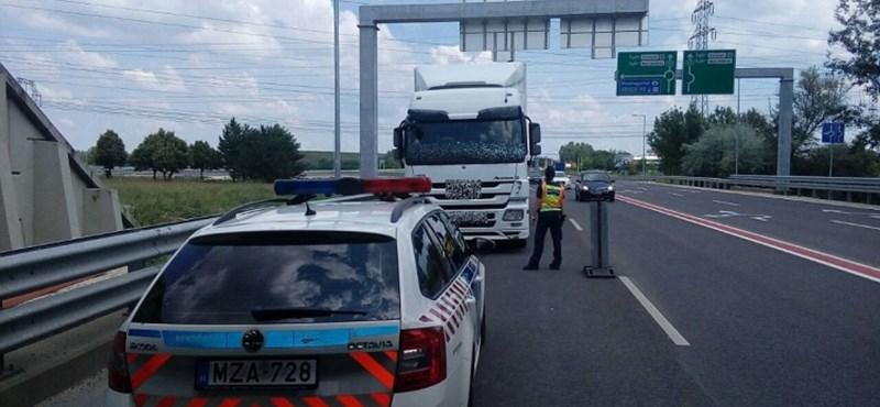 Két teherautó ütközött az M1-esen
