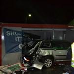 Benzinkút melletti konténerbe csapódott egy kocsi az M7-esen