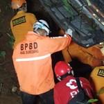 Szakadékba zuhant egy iskolásokat szállító busz Indonéziában, 27-en meghaltak