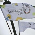 Miért lepték el zászlók a budapesti hidakat?