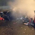 Kettészakadt és kigyulladt a Ferrari, megúszta a sofőr - fotók