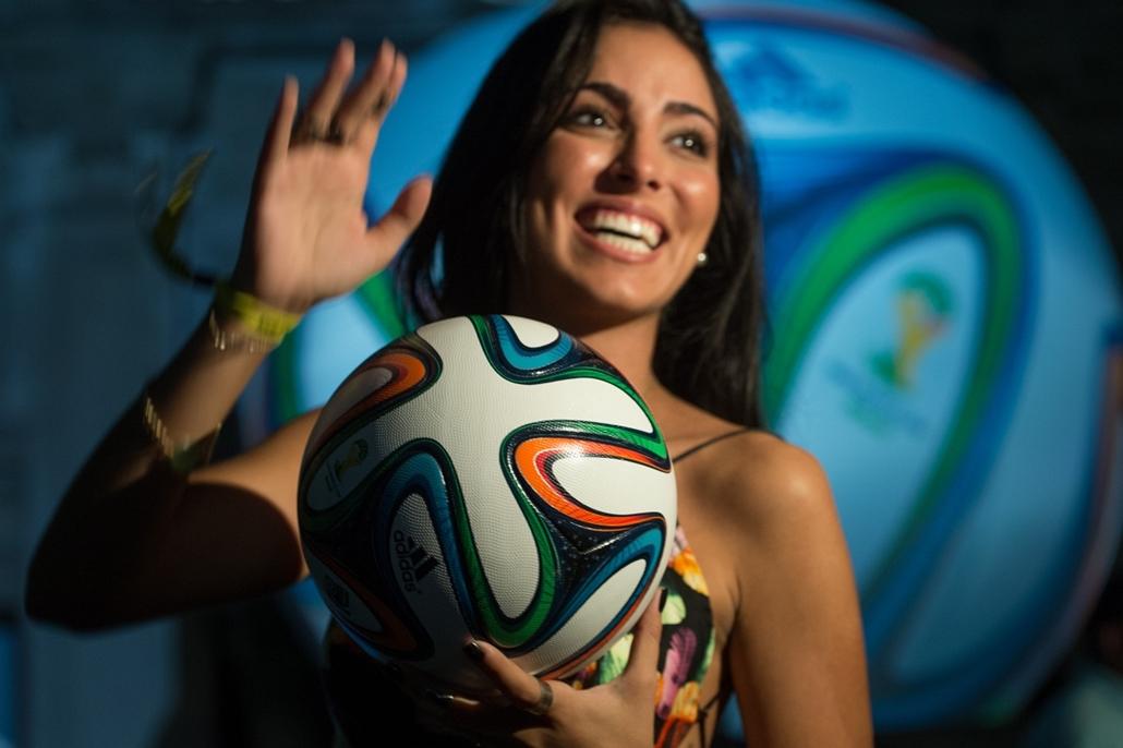 2013.12.03. A 2014-es brazíliai labdarúgó-világbajnokság Brazuca nevű hivatalos labdája, BRAZIL, Rio de Janeiro : A woman poses with Brazuca --the official football for the Brazil 2014 FIFA World Cup--during its launching in Rio de Janeiro, Brazil, on Dec