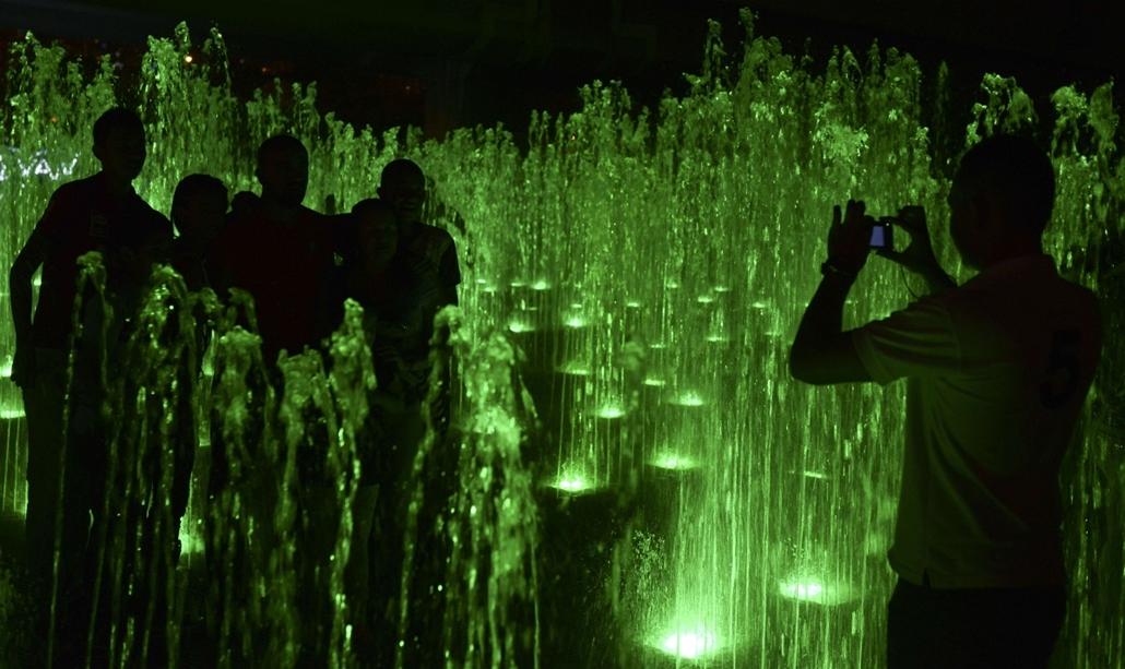 afp. nagyításhoz - égők, karácsonyi dekoráció, fények, fényfüzér, advent - Medellín, Kolumbia - People attend the Christmas lights illumination along the Medellin river on December 9, 2013 in Medellin, Antioquia department, Colombia.