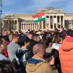 Maszk nélkül tüntettek Gődényék a Hősök terén