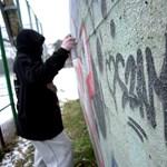Újabb botrány: letartóztattak egy diákot, mert felírta a nevét az iskolapadra