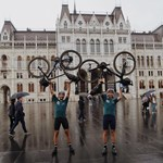 """Budapesten fejezte be útját a két francia, akik biciklivel írták fel a térképre a """"love"""" szót"""