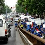 Ma mozdonyvezetők és buszsofőrök tüntetnek a Parlamentnél