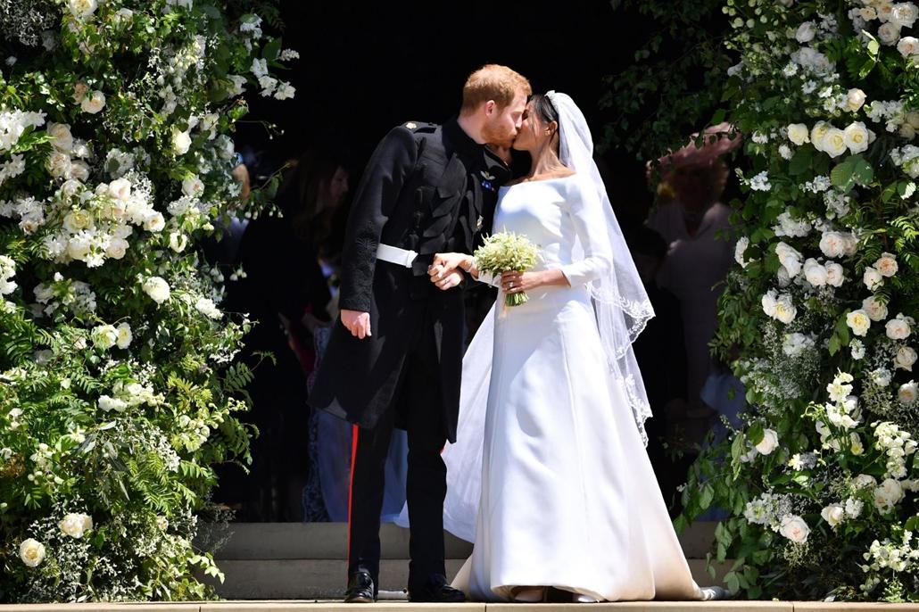 afp.18.05.19. Harry herceg megcsókolja feleségét Meghan-t az esküvői szertartásuk után május 19.-én