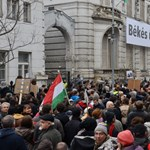 """""""Hallgass a zsebedre, szavazz a Fideszre"""": a Gyorskocsi utcában végeztek tüntetők"""