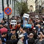 """""""Vétózzál"""" és """"Ruszkik haza"""" - Élőlánc volt a CEU-nál, majd dulakodás a Kossuth téren"""