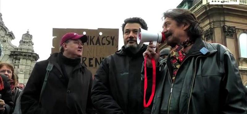 Kerényit cikizték a tüntetők - videó