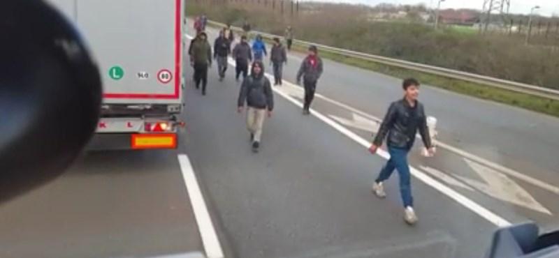 Ez a brutális valóság: videó a migráns-kamionos háborúról Calais-ban