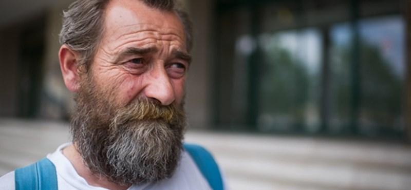 El akarták vinni a hajléktalant a Képviselői Irodaháztól, mert rossz helyen árulta a Fedél Nélkült
