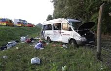 Elaludhatott a sofőr, kamionnak ütközött egy gyerekeket is szállító mikrobusz az M5-ösön