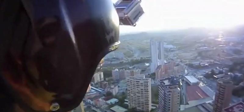 Rémületes bázisugrás egy hotel tetejéről