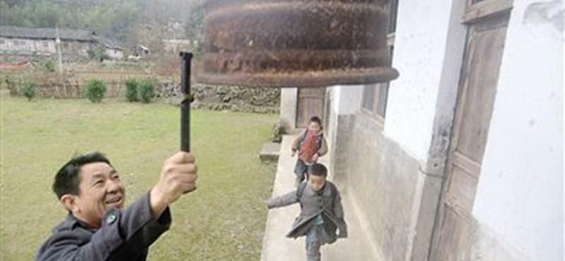 Ketten járnak a világ egyik legkisebb iskolájába