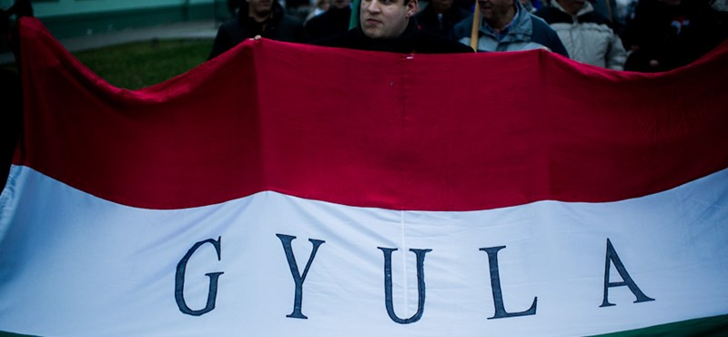 Két tüntetés Gyulán: petíciót kapott a Fidesz, Bayer jégkrémezett