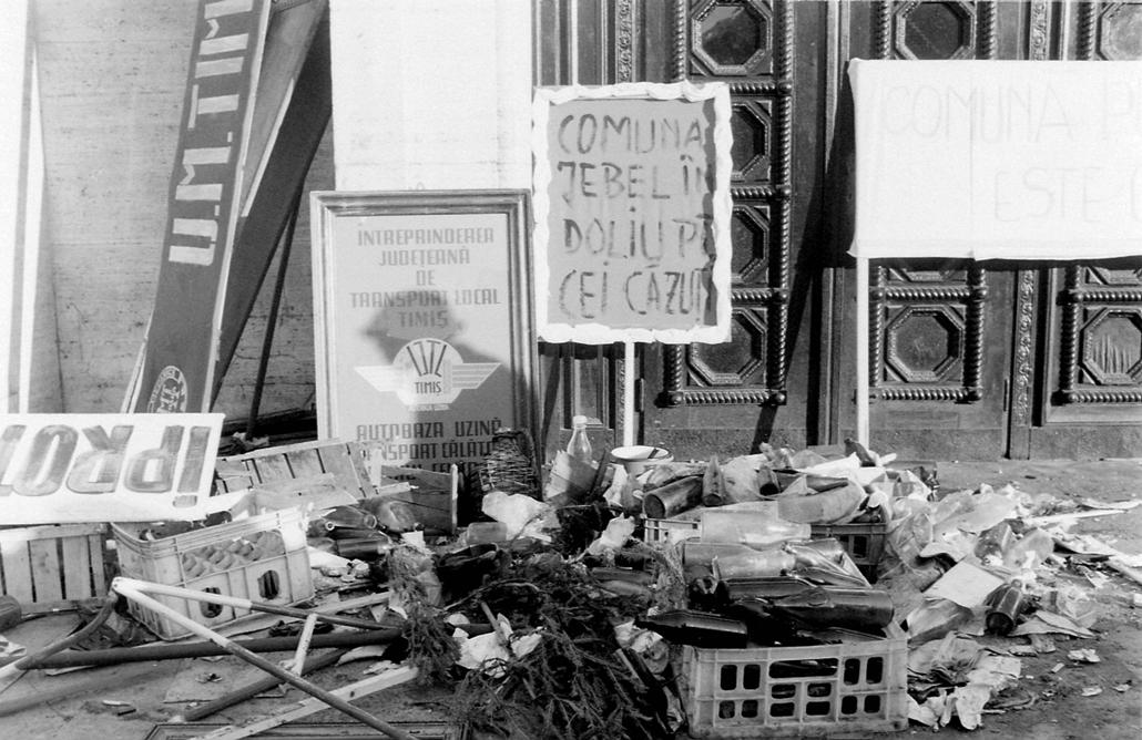 fortepan. Temesvár 1989, román forradalom - Román Nemzeti Színház és Operaház. Romániai forradalom.