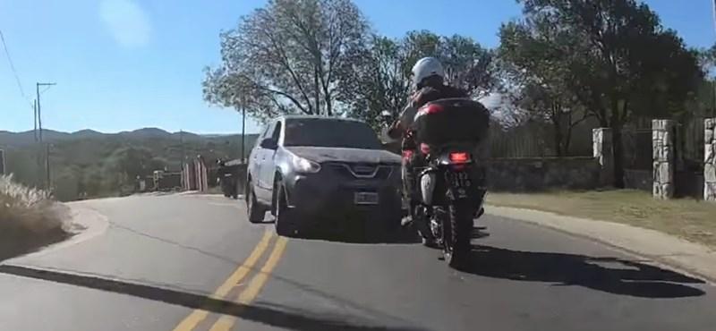 Alig tettek meg néhány kanyart, frontális baleset lett a motorozás vége – videó