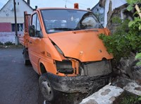 Ellopta a kertben álló teherautót, áttört a kerítésen, aztán nekicsapta egy ház falának – fotó