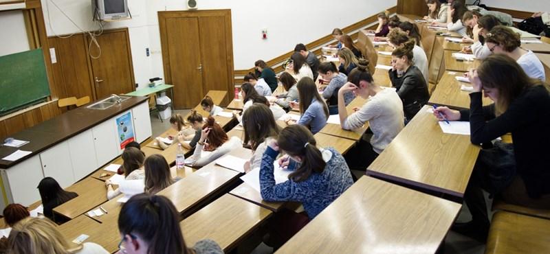 A legjobbakra vadásznak: ki állítja meg a külföldre tartó diákot?