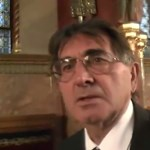 Videó: Megrángatták a hvg.hu riporterét a parlamentben