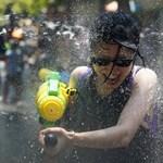 Fotók: Thaiföldön gigászi vízipisztolycsatával ünnepelték meg az újévet