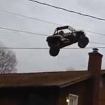 Így repül át egy lakóház felett egy aprócska buggy