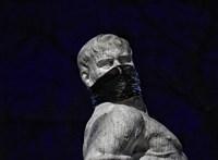 Maszkot kapott egy szobor a Karmelita-kolostor közelében