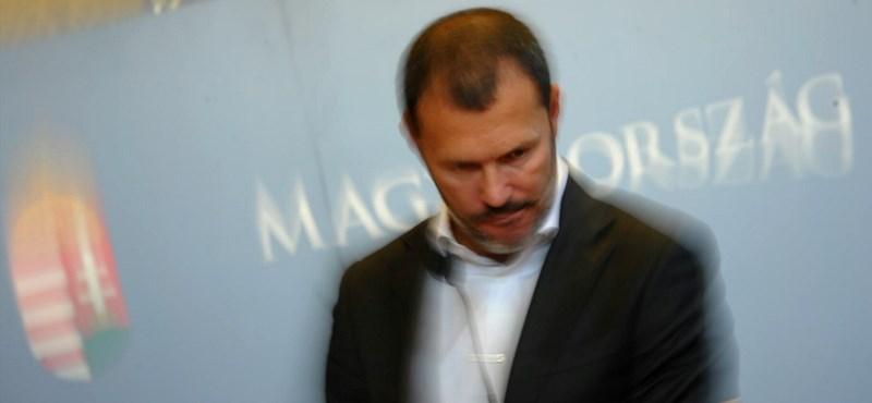 Giró-Szász bejelentette, hogy lemond és Rogánnak se dolgozik
