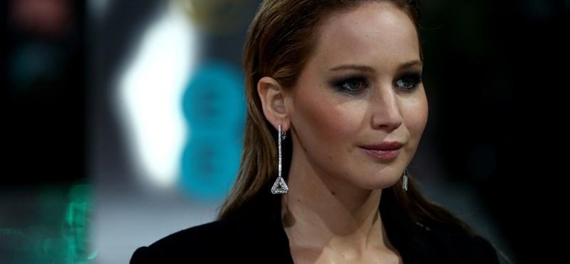Jennifer Lawrence adja át a díjakat a Golden Globe-on