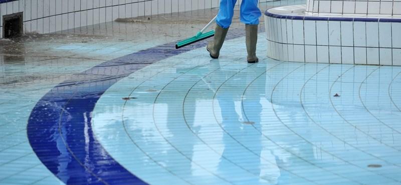 Nyakánál fogva emelte ki a gyereket a vízből és ütött – ezernél is több panasz érkezett az oktatási biztoshoz