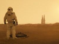 Brad Pittnek a kozmikus magány is jól áll