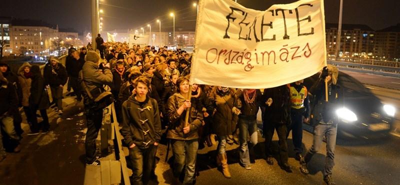 Átlátszó.hu: a metróból vittek be egy diákot a rendőrök