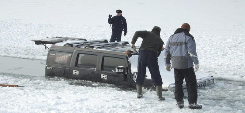 Beszakadt a balatoni jég két terepjáró alatt