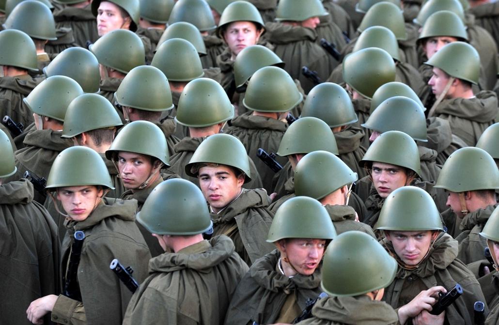 afp.14.07.04. - Minszk, Fehéroroszország: szovjet katonának öltözött férfika a függetlenség-napi katonai parádén : - 7képei
