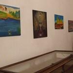 Fotók: Értelmi fogyatékos alkotók műveiből nyílt kiállítás Budapesten
