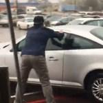 Videó: parkolóban őrült meg egy autós, rommá törte a kocsiját