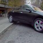 Ártatlan parkolásnak indult, borulásos baleset lett belőle – videó